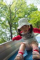 滑り台で遊ぶ女の子
