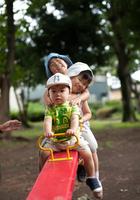 シーソーで遊ぶ子供たち
