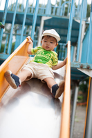 滑り台で遊ぶ男の子