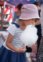 綿菓子を食べる少女