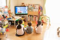 子供部屋でテレビを見る子供たち