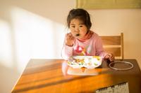 朝食を食べる少女