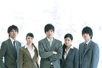 オフィスに並ぶビジネスマンとビジネスウーマン