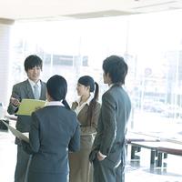オフィスで打合せをするビジネスマンとビジネスウーマン