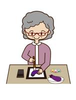 絵手紙をえがく高齢の女性