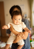 母親に抱っこされた赤ちゃん