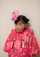 舌をペロンと出した着物を着た七五三の少女