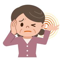 耳鳴りに悩むシニア女性