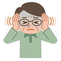 耳鳴りに悩むシニア男性