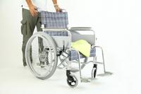 車いすを押すミドル男性