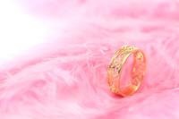 お洒落なリングとピンクの羽根