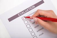 評価のアンケート用紙に記入する女性