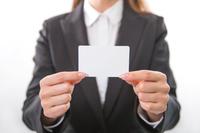 白いカードを持つ女性