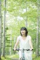 森林の中で自転車に乗る女性