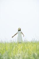草原に佇む女性の後姿