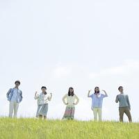 草原で微笑む大学生