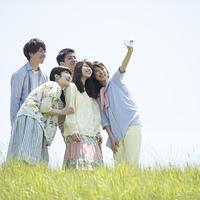 草原で自分撮りをする大学生