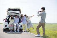 車の周りで写真を撮る大学生