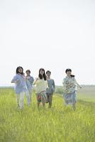 草原を走る大学生