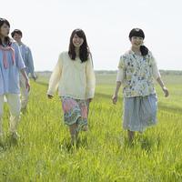 草原を歩く大学生
