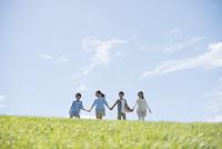 草原で手をつなぐ小学生
