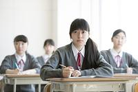 教室で授業を受ける女子学生