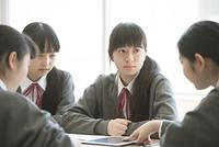 タブレットPCを使いグループ学習をする女子学生