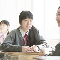 休み時間に談笑をする女子学生