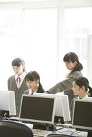 パソコンの画面を見る女子学生