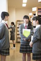 図書室で談笑をする女子学生