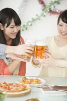 乾杯をする女性の手元