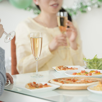 パーティー料理と食事をする女性