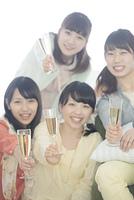 シャンパングラスを持ち微笑む4人の女性