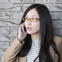 スマートフォンで電話をする女性