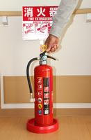 室内に置かれた消火器