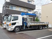 クレーン付きのトラック
