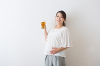 ビールを持つ妊婦さん