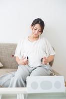 胎教する妊婦さん