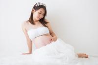 ドレスを着ている妊婦さん