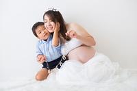 ガーランドを持つ男の子と妊婦さん