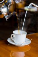 コーヒーとミルクを注いでカフェオレを作る