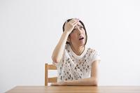 頭痛をおこす女性