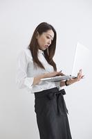 ノートパソコンで仕事する女性