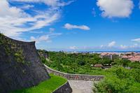 首里城の石垣越しに見る那覇の街並み