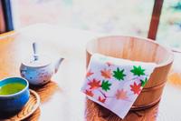 紅葉の温泉宿の炬燵とお茶と風呂桶