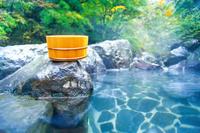 初秋の渓谷と露天風呂の風呂桶