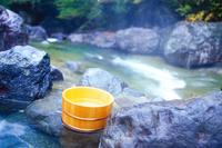 初秋の渓流と露天風呂の風呂桶