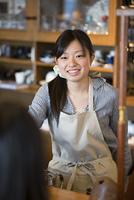 微笑むカフェの店員
