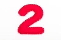 赤いフェルトの数字 2