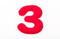赤いフェルトの数字 3